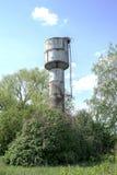 De toren groene bomen van het staalwater Stock Fotografie