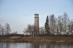De toren op de banken van het kanaal moskou Stock Fotografie