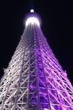 De toren purpere verlichting van Tokyo Skytree bij nacht royalty-vrije stock fotografie