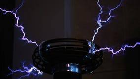De toren is smal Van de metaalbouw, bliksemstakingen 3D de elektriciteit van de hoogspanning Draadloze machtstransmissie door de  stock videobeelden