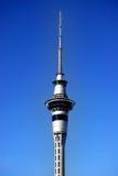 De toren van Auckland met blauwe hemel Royalty-vrije Stock Fotografie
