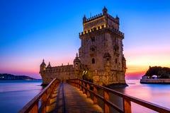 De Toren van Belem bij zonsondergang, een versterkte die toren in Belem, Lissabon, Portugal wordt gevestigd royalty-vrije stock foto