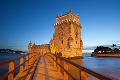 De Toren van Belem in Lissabon bij Nacht wordt verlicht die Stock Afbeelding