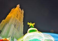 De toren van Belfort en spinnende Kerstboom Royalty-vrije Stock Foto