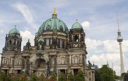 De Toren van Berlin Cathedral en TV- stock afbeeldingen