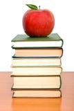 De toren van boeken met appel Stock Fotografie