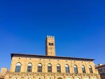De toren van Bologna in blauwe hemel Royalty-vrije Stock Afbeelding