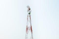 De toren van communicatiesatellietschotels Royalty-vrije Stock Foto's