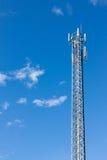 De toren van de antennerepeater op blauwe hemel Stock Foto