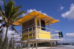 De toren van de badmeester op strand stock afbeeldingen