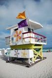 De Toren van de Badmeester van het Strand van het zuiden met Bloemen Stock Foto