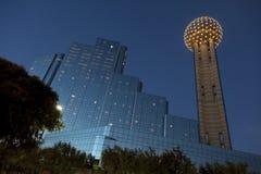 De Toren van de bijeenkomst bij Schemer, Dallas, TX Stock Foto