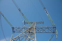 De toren van de hoogspanning met kabels Stock Afbeelding