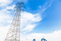 De toren van de hoogspanningstransmissie in de wildernis Royalty-vrije Stock Foto