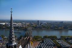 De toren van de kathedraal van Keulen en de rivier van Rijn Stock Foto
