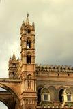 De toren van de Kathedraal van Palermo op bewolkte hemel royalty-vrije stock afbeeldingen