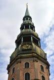 De Toren van de Kathedraal van StPeter in Riga, Letland Stock Afbeeldingen