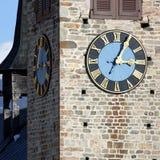 De Toren van de kerk met Klok Stock Afbeeldingen