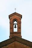De toren van de kerk met klok en kruis Stock Foto
