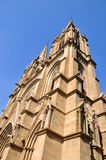 De toren van de kerk onder blauwe hemel Stock Fotografie