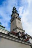 De toren van de kerk tegen blauwe hemel Royalty-vrije Stock Fotografie
