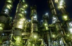 De toren van de kolom in petrochemische installatie Stock Afbeeldingen