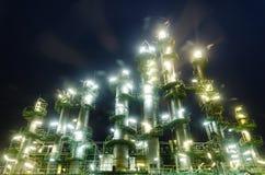 De toren van de kolom in petrochemische installatie Stock Foto's