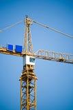 De toren van de kraan tegen blauwe hemel Stock Foto's