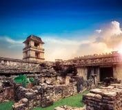 De toren van de Paleisobservatie in Palenque, Maya stad in Chiapas, Mexico stock foto's