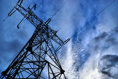 De toren van de raaklijn met blauwe hemel op achtergrond Stock Foto's