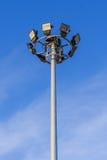De toren van de schijnwerper op blauwe hemel Stock Foto's