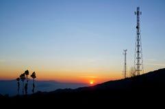 De toren van de silhouettentelecommunicatie bij zonsopgang Royalty-vrije Stock Afbeeldingen