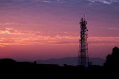 De toren van de silhouettentelecommunicatie bij zonsopgang en schemeringhemel Royalty-vrije Stock Foto