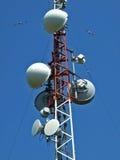 De toren van de telecommunicatie met antennes royalty-vrije stock afbeeldingen