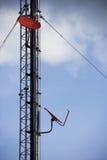 De toren van de telecommunicatie met antennes op blauwe hemel. Royalty-vrije Stock Fotografie