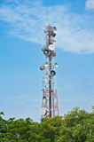 De toren van de telecommunicatie op blauwe hemel Royalty-vrije Stock Afbeelding