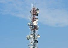 De toren van de telecommunicatie op duidelijke blauwe hemel Stock Foto