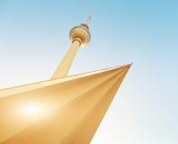 De toren van de televisie in Berlijn mitte met blauwe hemel stock afbeeldingen