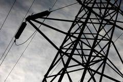 De toren van de transmissie met hoogspanningsdraden stock foto