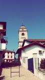 De Toren van de Urrugnekerk en Dorps Zuid-Frankrijk Europa Stock Afbeeldingen