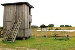 De toren van de vogelobservatie dichtbij Baldringe, Zweden Stock Foto's