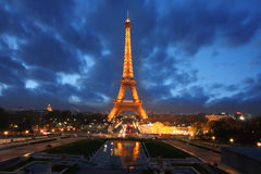 De Toren van Eiffel bij avond, Parijs, Frankrijk Royalty-vrije Stock Afbeeldingen