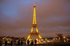 De toren van Eiffel bij een nacht in Parijs Stock Foto's