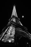 De Toren van Eiffel bij Nacht met Maan Stock Afbeeldingen