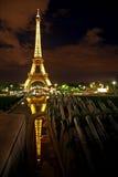 De Toren van Eiffel bij nacht, Parijs. Royalty-vrije Stock Afbeeldingen