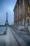 De Toren van Eiffel bij nacht in Trocadero, Parijs Stock Afbeeldingen