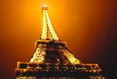 De toren van Eiffel bij nevelige nacht in Parijs, Frankrijk Stock Afbeeldingen