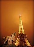 De toren van Eiffel bij nevelige nacht in Parijs, Frankrijk Royalty-vrije Stock Fotografie