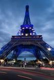 De toren van Eiffel bij schemer Stock Foto