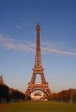 De Toren van Eiffel bij zonsondergang royalty-vrije stock foto's